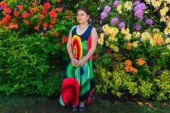 портрет стильной модной маленькой девочки стоя в ботаническом саде Стоковые Фотографии RF