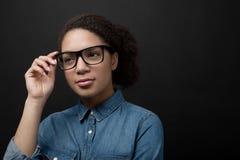 Портрет стильной молодой женщины с коричневыми волосами Стоковое Изображение