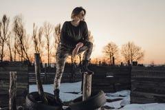 Портрет стиля армии милой дамы на предпосылке зимы Стоковое Фото