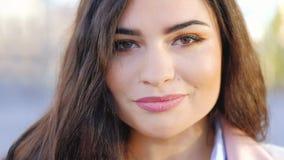 Портрет стороны женщины женской естественной красоты усмехаясь сток-видео
