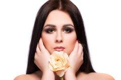 Портрет стороны женщины красоты с чистой свежей кожей, длинными волосами и Стоковое Изображение