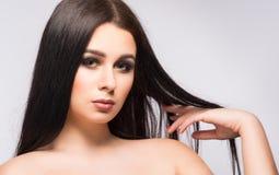 Портрет стороны женщины красоты с чистой свежей кожей, длинными волосами Стоковые Изображения RF