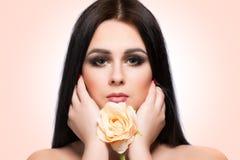 Портрет стороны женщины красоты с чистой свежей кожей и длинными волосами Стоковое Изображение RF