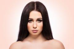 Портрет стороны женщины красоты с чистой свежей кожей и длинными волосами Стоковая Фотография RF