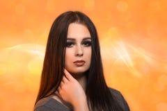 Портрет стороны женщины красоты с чистой свежей кожей на оранжевом blure Стоковое фото RF