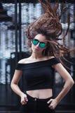 Портрет стороны конца-вверх молодой красивой женщины с совершенной кожей в солнечных очках глаза ` s кота в городском пейзаже Сто Стоковая Фотография
