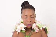 Портрет стороны ` s женщины с венком цветков изолированных на светлой предпосылке стоковое фото
