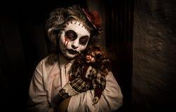 Портрет страшной девушки с кровопролитной куклой Стоковые Фото