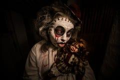 Портрет страшной девушки с кровопролитной куклой Стоковое Фото