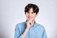 Портрет студии красивого азиатского человека имея счастливое беспокойство Стоковые Фотографии RF