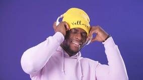 Портрет студии красивого молодого человека африканской вечности и наушников акции видеоматериалы