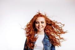 Портрет студии красивой жизнерадостной девушки redhead со смеяться волос летания усмехаясь над белой предпосылкой стоковые изображения rf