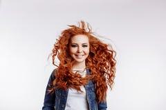 Портрет студии красивой жизнерадостной девушки redhead со смеяться волос летания усмехаясь над белой предпосылкой стоковая фотография