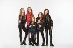 Портрет студии молодых привлекательных кавказских предназначенных для подростков девушек представляя на студии Стоковое Фото
