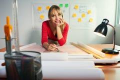 Портрет 3 студента колледжа архитектора с проектом усмехаясь на Стоковые Изображения