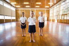 Портрет студентов стоя в спортзале школы стоковые изображения rf