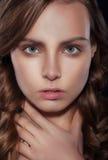 Портрет студии близкий поднимающий вверх молодой женщины Стоковые Изображения