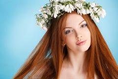 Портрет студии девушки в венке цветков Стоковые Изображения