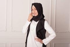 Портрет студии девушки в мусульманском платье на белой предпосылке Стоковое Изображение