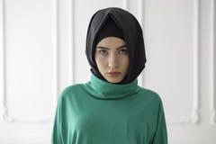 Портрет студии девушки в шарфе и платье мусульманского стиля, классической предпосылки Стоковые Изображения
