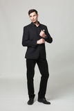 Портрет студии красивого элегантного молодого человека в черных одеждах стоковые изображения rf
