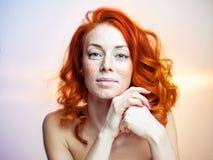 Портрет студии красивой женщины redhead Стоковое Изображение RF