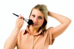 Портрет студии красивой молодой женщины прикладывая состав при большая щетка изолированная на белизне Стоковое Изображение