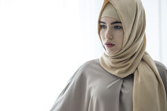 Портрет студии маленькой девочки с европейской стороной в восточных одеждах на белой предпосылке Стоковое Фото