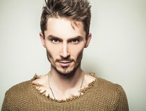 Портрет студии молодого красивого человека в связанном свитере Фото Конца-вверх Стоковая Фотография