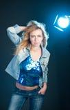 Портрет студии моды шикарной молодой женщины. Стоковое Изображение RF