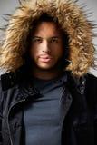 Портрет студии пальто зимы молодого человека нося стоковые изображения rf