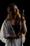 Портрет студии петь женщины Стоковое Фото