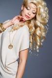 Портрет студии сногсшибательной блондинкы красоты Стоковые Фотографии RF