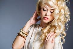 Портрет студии сногсшибательной блондинкы красоты Стоковое Фото