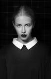Портрет студии строгой женщины с белым воротником стоковая фотография
