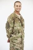 Портрет студии формы солдата нося стоковое изображение rf