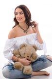 Портрет студии шикарной модели женщины с носить плюшевого медвежонка Стоковое Изображение RF