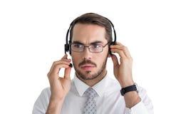 Портрет сфокусированного бизнесмена с наушниками Стоковые Изображения RF