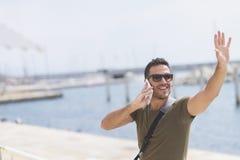 Портрет счастливого бизнесмена идя outdoors с передвижным pho Стоковые Изображения RF