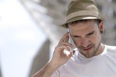 Портрет счастливого бизнесмена идя outdoors с передвижным pho Стоковые Изображения