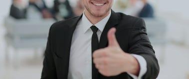 Портрет счастливого бизнесмена при коллеги взаимодействуя на ба Стоковые Фото