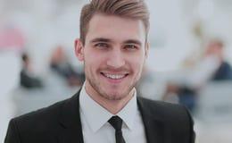 Портрет счастливого бизнесмена при коллеги взаимодействуя на ба Стоковое Изображение