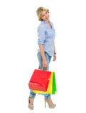 Портрет счастливого девочка-подростка с хозяйственными сумками Стоковое Фото