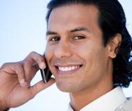 Портрет счастливого испанского бизнесмена на телефоне Стоковое Фото