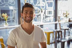 Портрет счастливого кельнера в кафе Стоковая Фотография