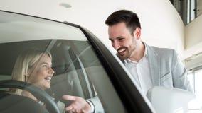 Портрет счастливого клиента покупая новый автомобиль стоковая фотография rf