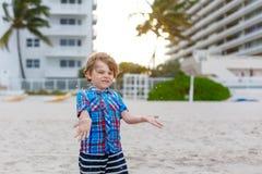 Портрет счастливого мальчика маленького ребенка на пляже океана Смешной милый ребенок делая каникулы и наслаждаясь летом blondish стоковые изображения rf