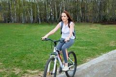 Портрет счастливого молодого катания велосипедиста в парке Стоковые Фотографии RF