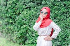 Портрет счастливого молодого мусульманского hijab красного цвета женщины стоковое изображение