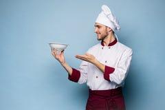 Портрет счастливого мужского положения повара шеф-повара с плитой изолированной на светлом - голубая предпосылка стоковое фото rf